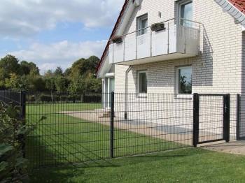 Doppelstabzaun mit zwei Toren